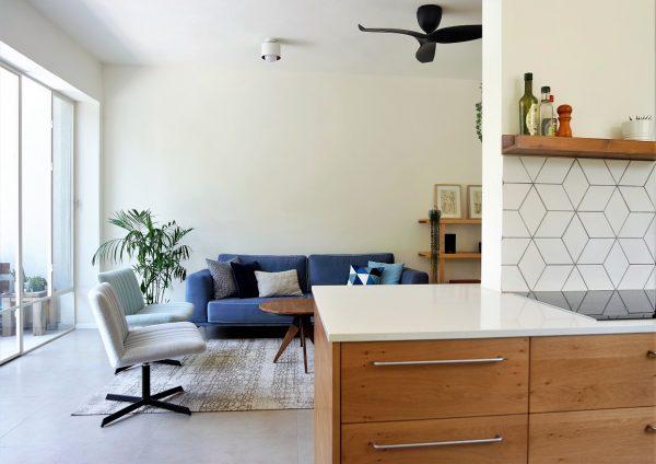 מבט מהמטבח לסלון תכנון ועיצוב אייר שפירא