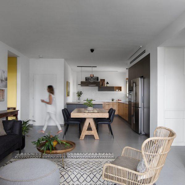 מבט מהסלון למטבח ופינת האוכל
