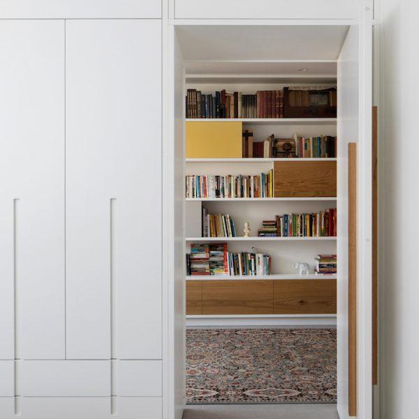 דלת פתוחה למסדרון חדרים