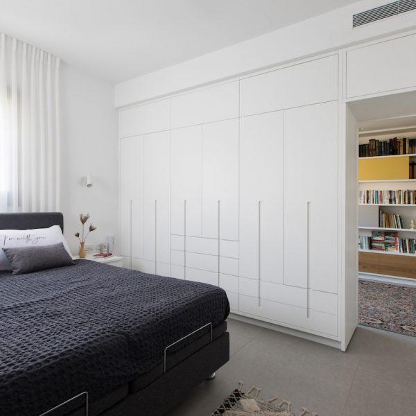 ארון חדר שינה הורים דלת פתוחה